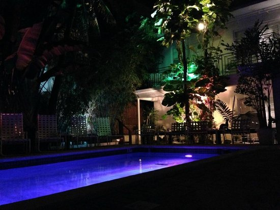 Sobe You Bed and Breakfast: Le patio et la piscine de nuit