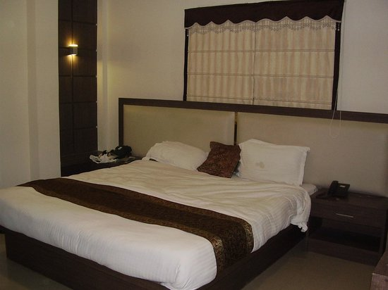 Hotel Maniram Palace: Stain on pillow visible from distance!