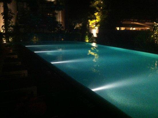 Holiday Inn Express Phuket Patong Beach Central: swimming pool at night