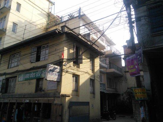 Kathmandu Madhuban Guest House : 宿の外観
