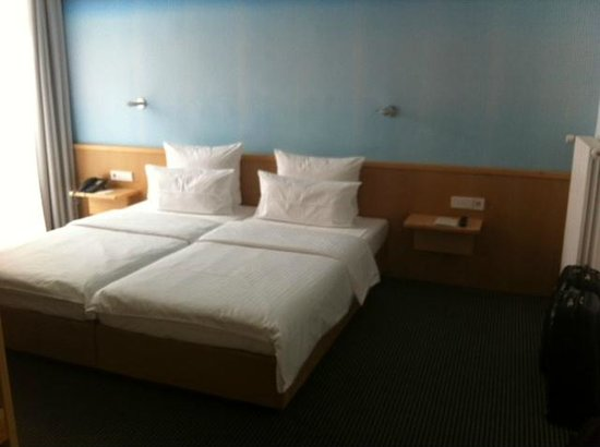 Design Hotel Stadt Rosenheim: Bedroom - modern and very spacious