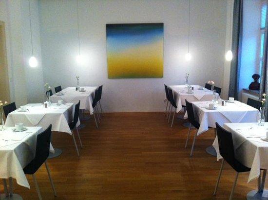 Design Hotel Stadt Rosenheim: Breakfast room - lots of interesting art pieces!