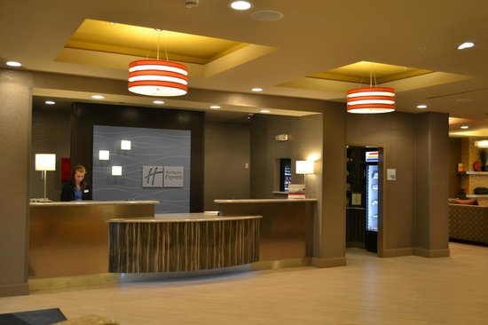Holiday Inn Express Covington Madisonville: Front Desk