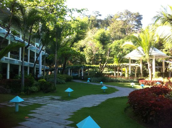Camayan Beach Resort and Hotel: garden