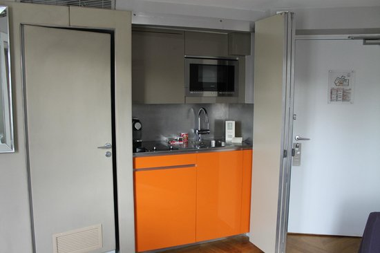 Residence Nell: The kitchen that appears from behind a wall