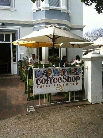 Madhatters Coffee Shop: OUTSIDE SEATING WITH UMBRELLAS
