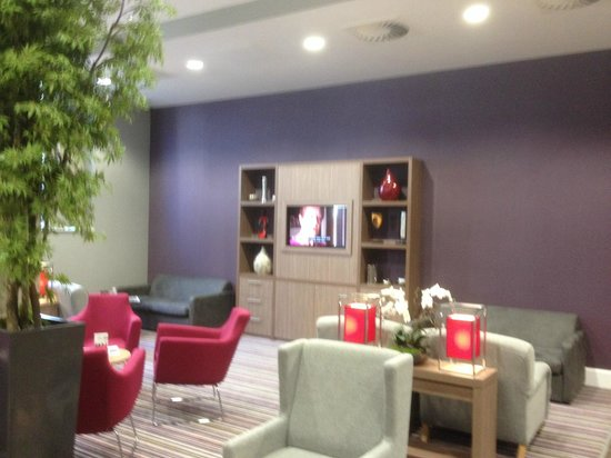 Staybridge Suites Birmingham: The sitting area with a faux fire, TV and comfortable chairs