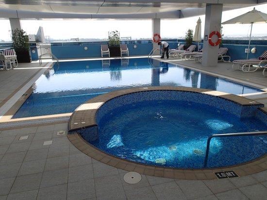 Premier Inn Abu Dhabi International Airport Hotel : Swiming Pool