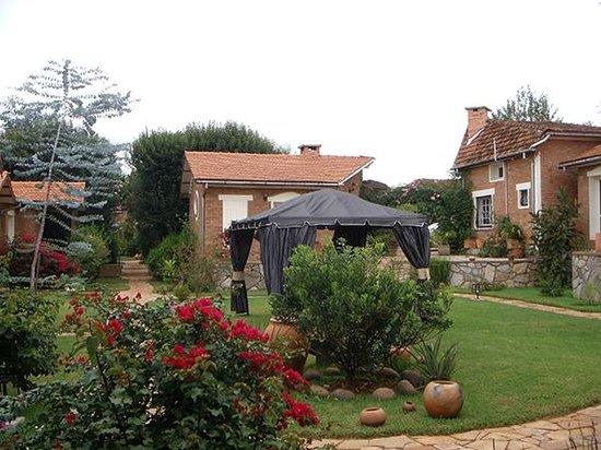 Couleur Cafe: jardin joliment aménagé et très bien entretenu
