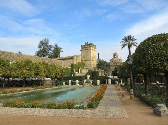 Alcazar de los Reyes Cristianos: вид на Алькасар из садов