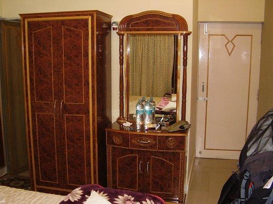 Kedareswar Bed & Breakfast: Huge ethnic furniture