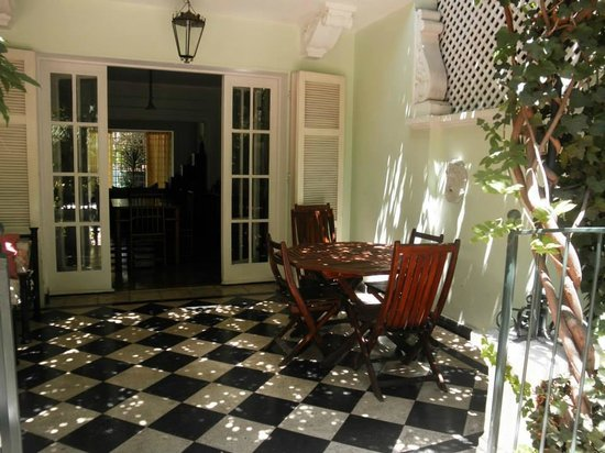 Hotel Boutique L'Ambassade: The shady terrace, where we had breakfast