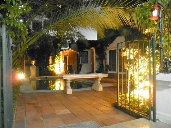 Hotel Boutique L'Ambassade: The pool and terrace by night