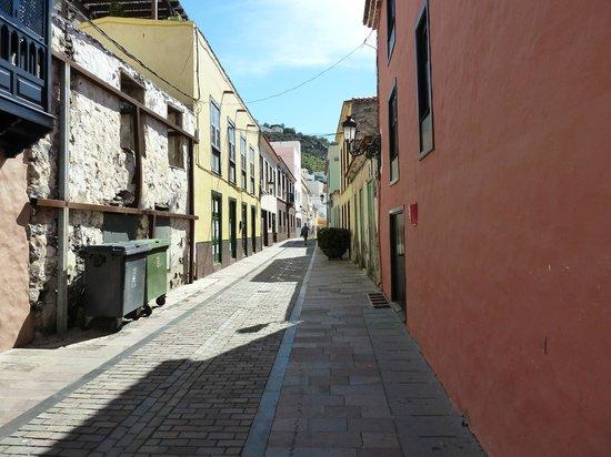 Museo Arqueologico de La Gomera: Typical Street looking down towards harbour from Museum