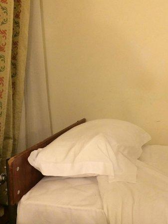 Hotel Al Shohada: bed head broken