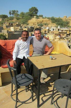 Hotel Pleasant Haveli : Sur la terrasse avec Dave le serveur