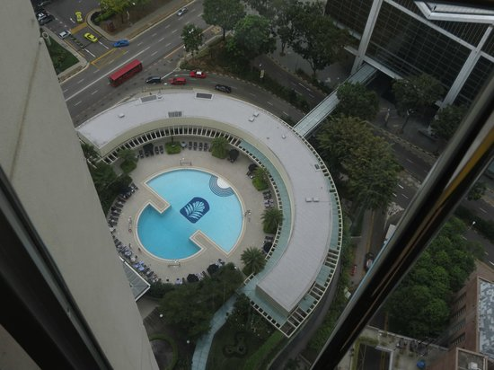 Pan Pacific Singapore: Hotel's pool-view from elevator