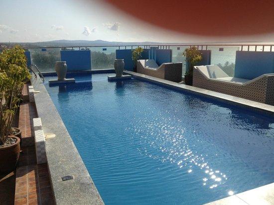 Nam Hai Hotel: Бассейн на 10-ом этаже