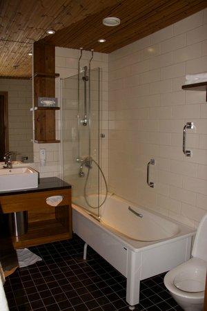 Santa's Hotel Tunturi: Hotel bathroom