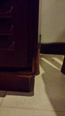 Hotel Tree of Life : Aufgeweichte verwohnte Möbel in unserem Zimmer
