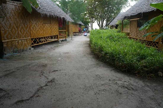 Forra Bamboo Resort: Clean lawn