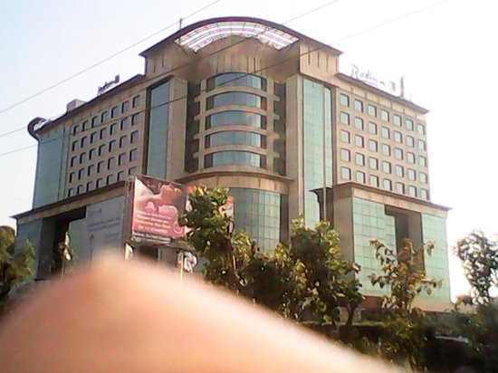 Radisson Blu Kaushambi Delhi NCR: Its a beautiful hotel at beautiful location just nearly 800 meaters from Kaushamibi Metrao stati