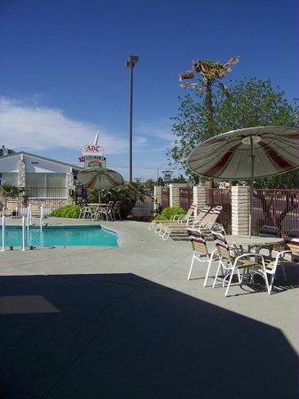 Best Western Plus King's Inn & Suites: Piscine (avec vue sur la route 66 !)