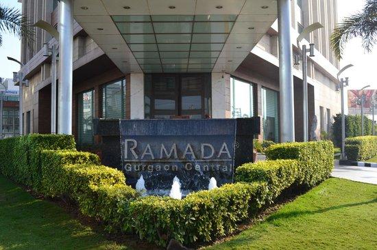 Ramada Gurgaon Central: Центральный вход
