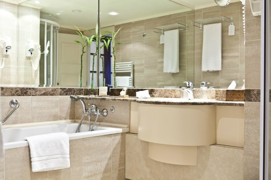Le Chatelain Hotel: Bathroom