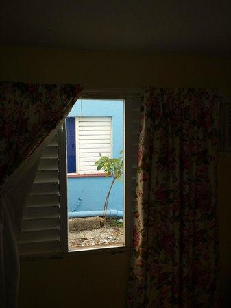 Hotel Villa Azul: cumuli di macerie fuori dalla finestra