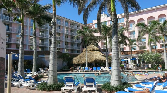 Palm Beach Shores Resort and Vacation Villas: Poolside and tiki bar