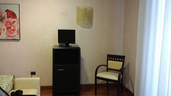 Hotel Giolli Nazionale: la télé, très peu de chaîne, de plus pas nette!!