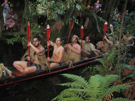 Mitai Maori Village: Maori War Canoe display