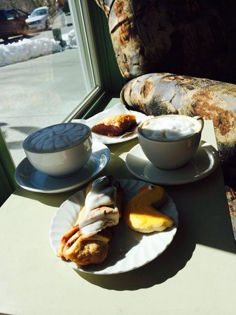Sweet Sensations Pastry Shop & 3 Dogs Cafe: Cinnamon twist and baklava.