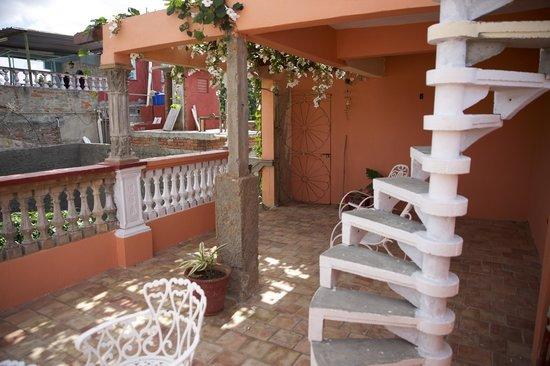 Hostal Yahima y Ariel: Dachterrasse mit Treppe zur Turmaussicht