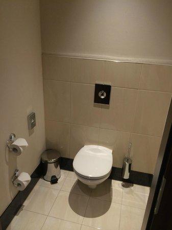 Fleming's Selection Hotel Wien-City: Single toilet room
