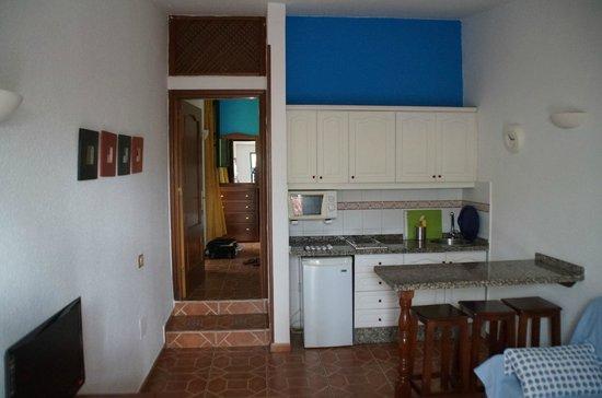 Tropical La Zona: Wohnzimmer Mit Offener Küche