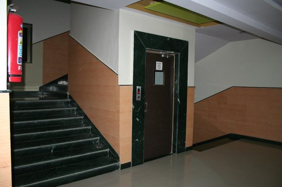 Hotel Ashoka Executive: Staircase/lift area