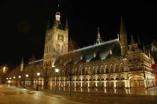 Hotel Ariane : city hall in Ieper