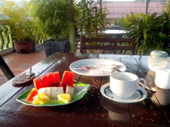 Takeo Guest House: petit dejeuner , fruits frais au matin  gratuit dans le prix de la chambre