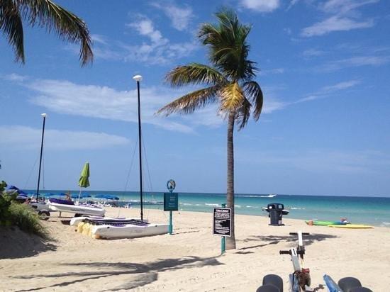 Days Hotel - Thunderbird Beach Resort: beach behind hotel.. bliss