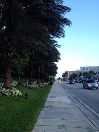 Days Hotel - Thunderbird Beach Resort: outside hotel