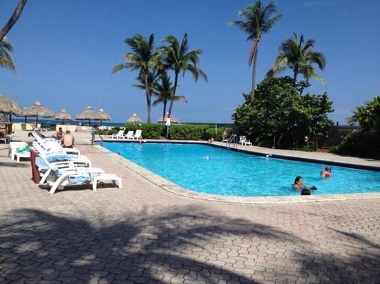 Days Hotel - Thunderbird Beach Resort: pool view :)!