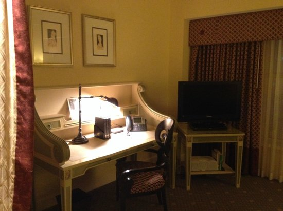 Hotel Commonwealth : Jr. Suite - Sitting area