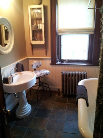 Jefferson House Bed and Breakfast : Private Bath with Clawfoot tub and shower