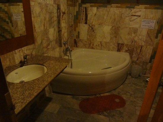 Bottle Beach 1 Resort : After backpacking Thailand for a month, this bathroom was heaven!