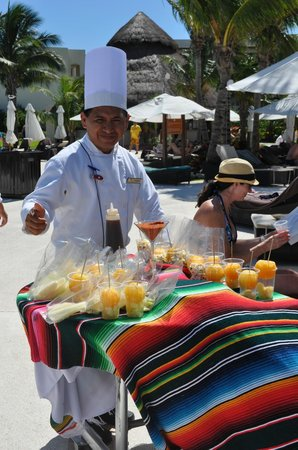 Secrets Maroma Beach Riviera Cancun: Saturday afternoon, poolside snack carts!