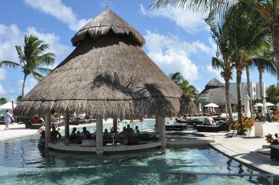 Secrets Maroma Beach Riviera Cancun: Swim up bar in the pool!