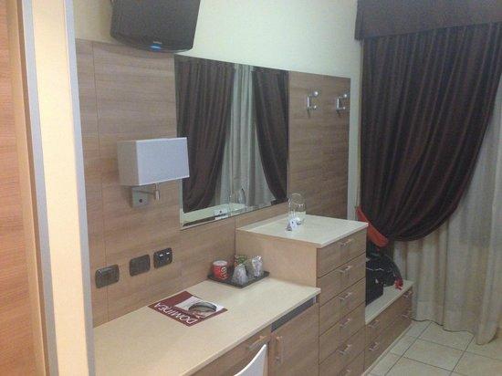 Domidea Hotel : Mobile con cassettiera, frigo, scrittoio e TV