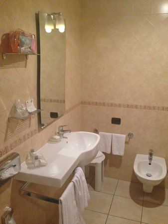 Domidea Hotel : Specchio e lavabo